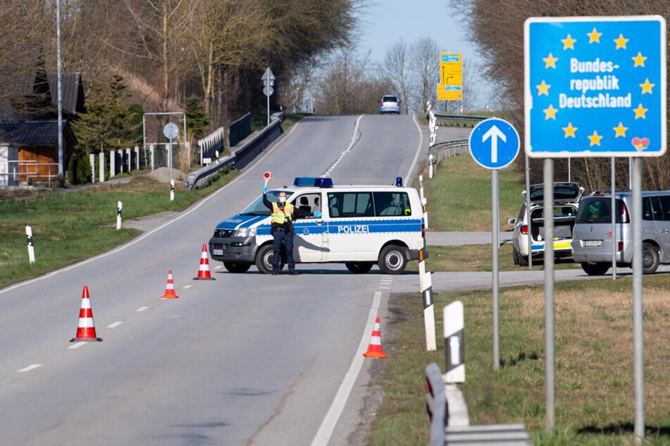 Verwandte und Partner können ab Samstag wieder über die Grenzen fahren. (Archiv)