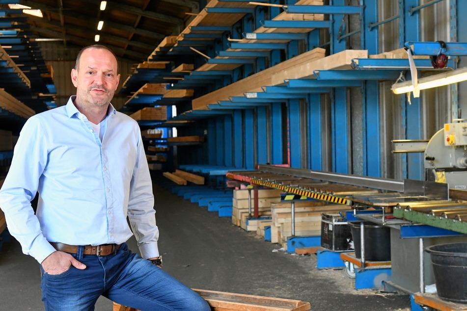 """Teils leere Regale im Holzlager auch beim Großhändler """"Holz Rentsch"""": Geschäftsführer Richard Braun (53) erklärt die Gründe."""