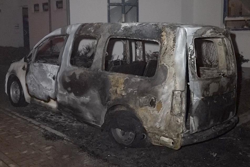 Kleinbus bei Feuer völlig zerstört: Waren hier Brandstifter am Werk?