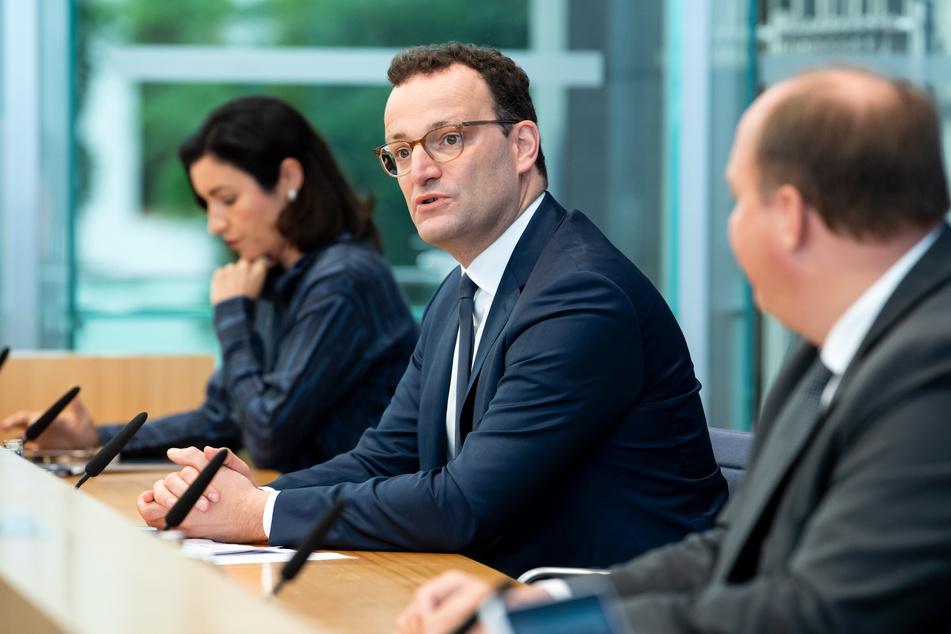 Jens Spahn (M, CDU), Bundesgesundheitsminister, äußert sich zusammen mit Dorothee Bär (l, CSU), Staatsministerin für Digitalisierung, und Helge Braun (CDU), Chef Bundeskanzleramt, bei einer Pressekonferenz zur Corona-Warn-App, die seit 100 Tagen von den Bürgen genutzt werden kann.