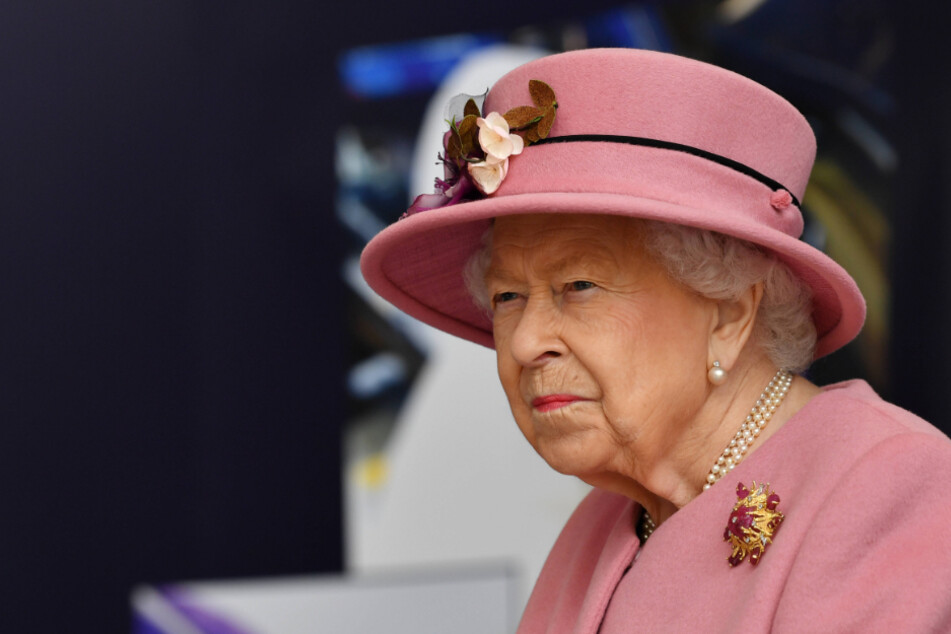 Palace thief gives Queen Elizabeth II a royal pain