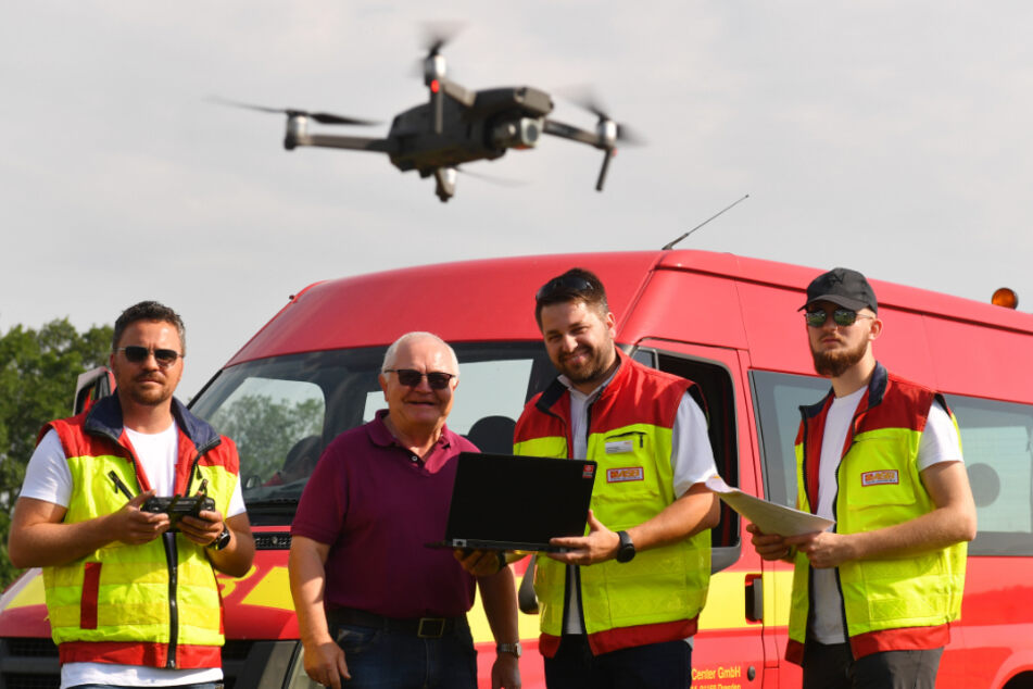 Im Flug übers hohe Gras: Ein Drohnenpilot auf Rehkitz-Suche