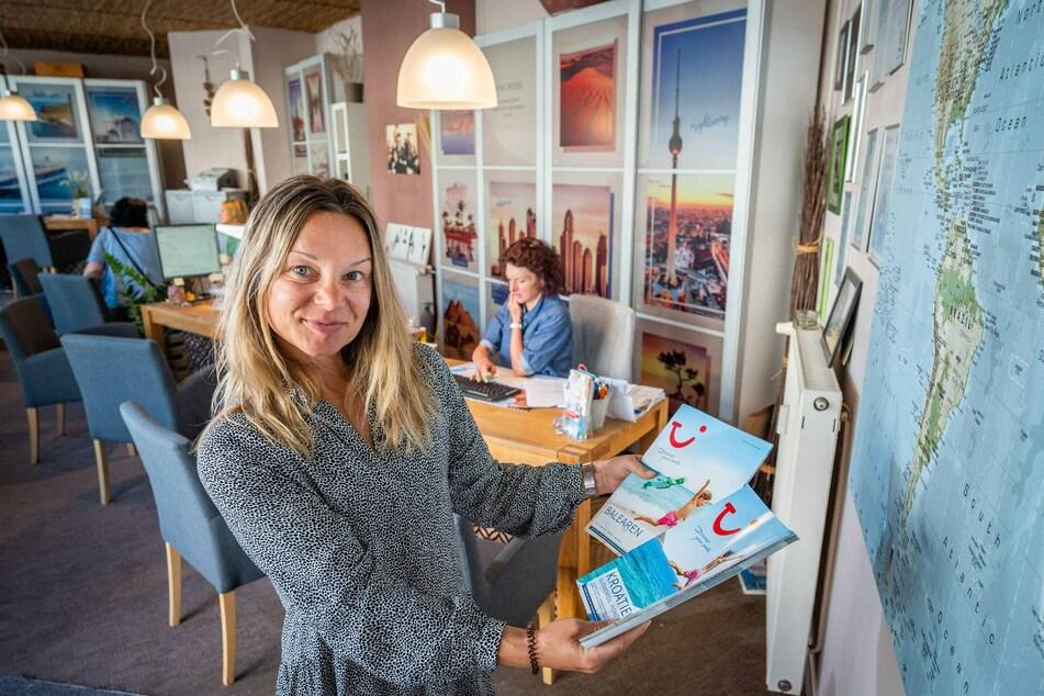 Nicole Haase (44) vom Reisebüro Bernsbachplatz zeigt die Reisekataloge für den Sommer.