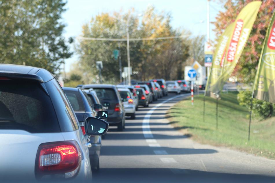 Der durch den Zeugen gemeldete Autokorso in Siegen soll den Verkehr am Samstag erheblich behindert haben. (Symbolbild)
