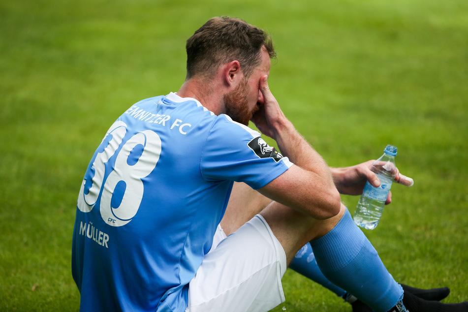 CFC-Mittelfeldmann Tobias Müller saß nach dem Abpfiff konsterniert auf dem Rasen.