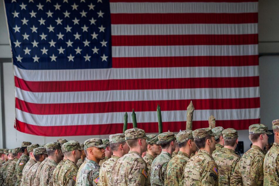 Bayern, Illesheim: US-Soldaten stehen während einer militärischen Zeremonie in den Storck-Barracks vor einer Flagge der Vereinigten Staaten von Amerika.