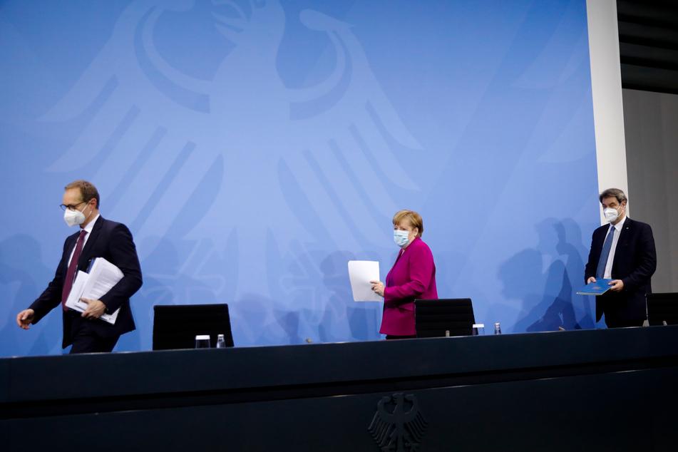 Bundeskanzlerin Angela Merkel (M), Markus Söder (r), Ministerpräsident von Bayern, und Michael Müller, Regierender Bürgermeister von Berlin, kommen nach einem Treffen im Kanzleramt zu einer Pressekonferenz.