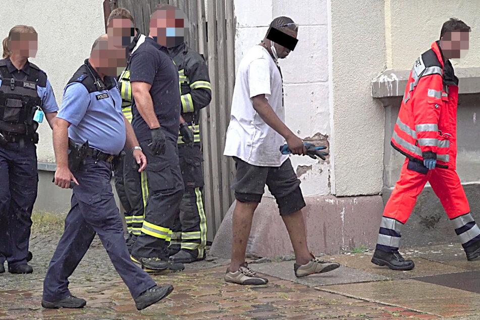 Der Nigerianer wurde von den Polizisten abgeführt.