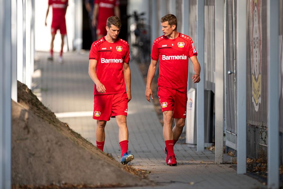 Bayer Leverkusens Lars Bender (31, r.) hat - nach Bekanntgabe des gemeinsamen Karriere-Aus von ihm und Zwillingsbruder Sven im Sommer 2021 - ein hartes Fazit gezogen (Archivbild).