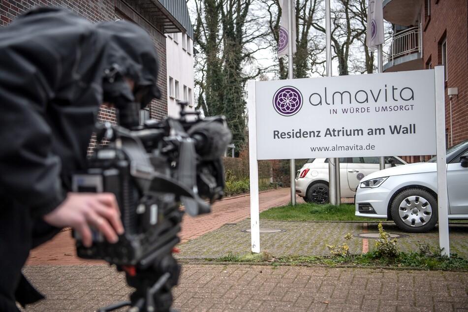 Ein Kamerateam filmt das Schild vor der Seniorenresidenz Atrium am Wall in Wildeshausen.
