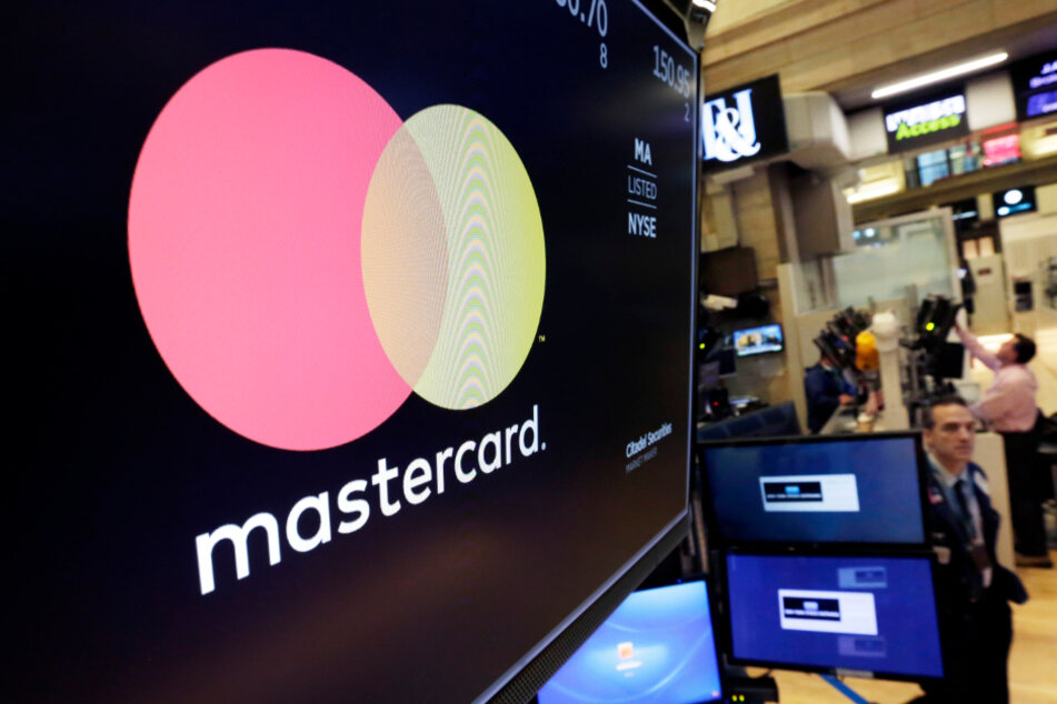 Das Logo von Mastercard ist auf dem Börsenparkett der New York Stock Exchange auf einem Bildschirm zu sehen.