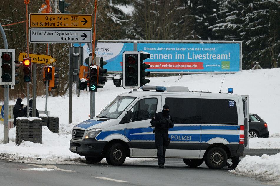 Die Polizei sperrt die Zufahrten nach Winterberg ab. Am Wochenende soll auch der Wintersportort Olpe abgeriegelt werden.