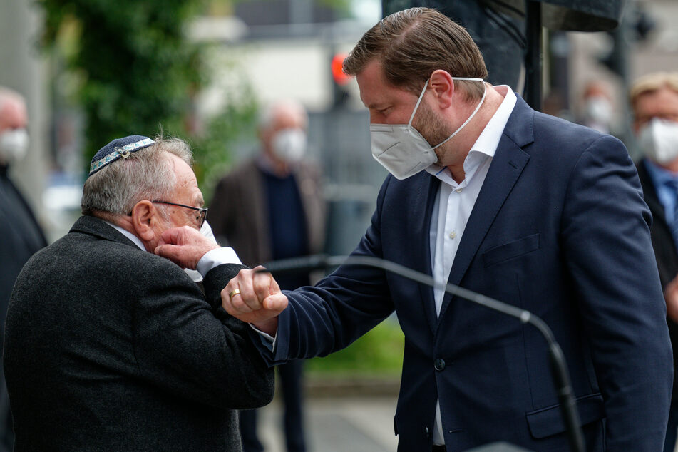 Leonid Goldberg (l.), Vorsitzender der Jüdischen Kultusgemeinde und Tim Kurzbach, Solinger Oberbürgermeister (43, SPD) begrüßen sich bei der Kundgebung gegen Hass.