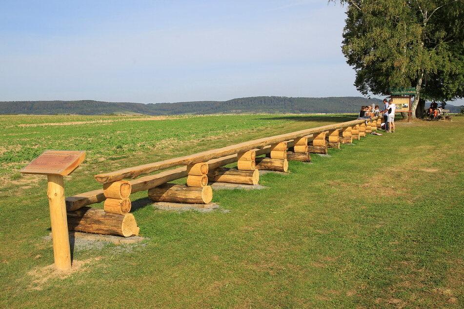 Die Bank mit Tischkombination hat eine Länge von 26,61 Metern.