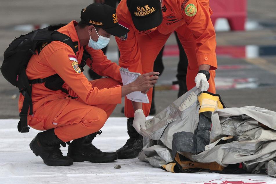 Flugzeug über dem Meer verschwunden: Trümmer und Leichenteile entdeckt