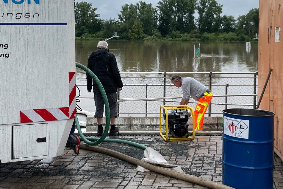 Eine Spezialfirma ist im Einsatz, um das verteilte Öl aus dem Wasser abzupumpen.