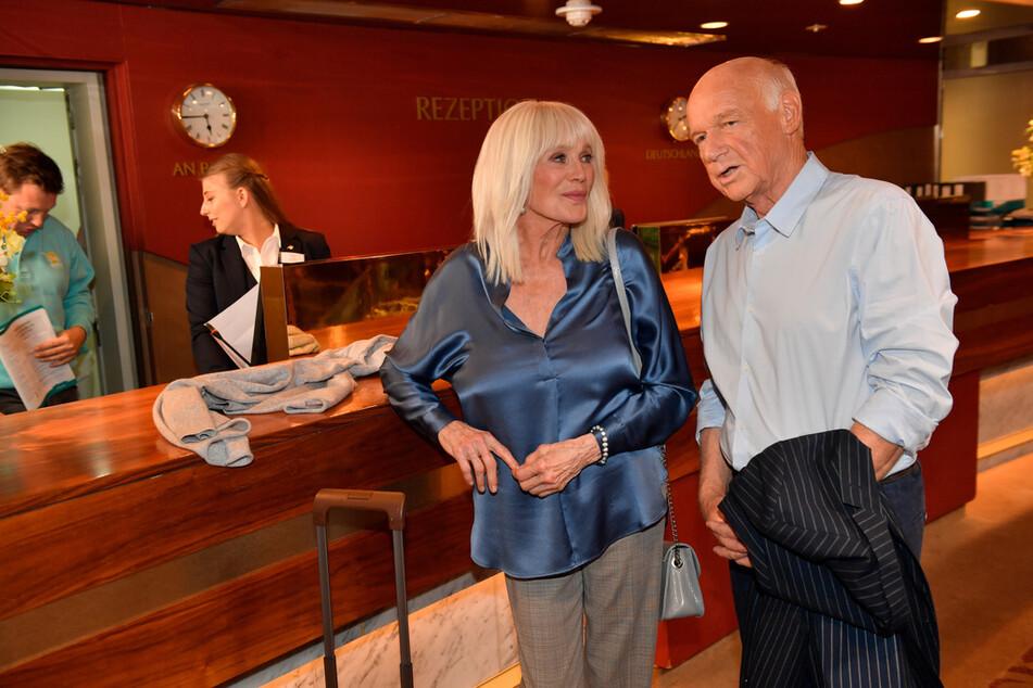 Linda Evans spielt Linda Evans (77): hier mit Thomas Bremer (Dietrich Hollinderbäumer, 78).