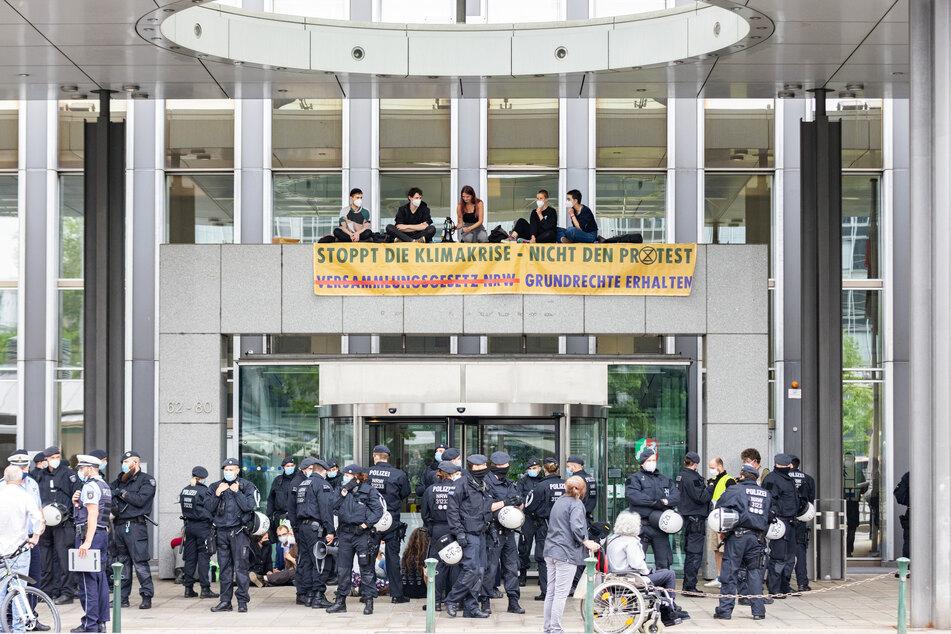 Am Montag haben Umweltaktivisten der Gruppe Extinction Rebellion den Haupteingang des NRW-Innenministeriums besetzt. Die Polizei rückte mit einem großen Aufgebot an.