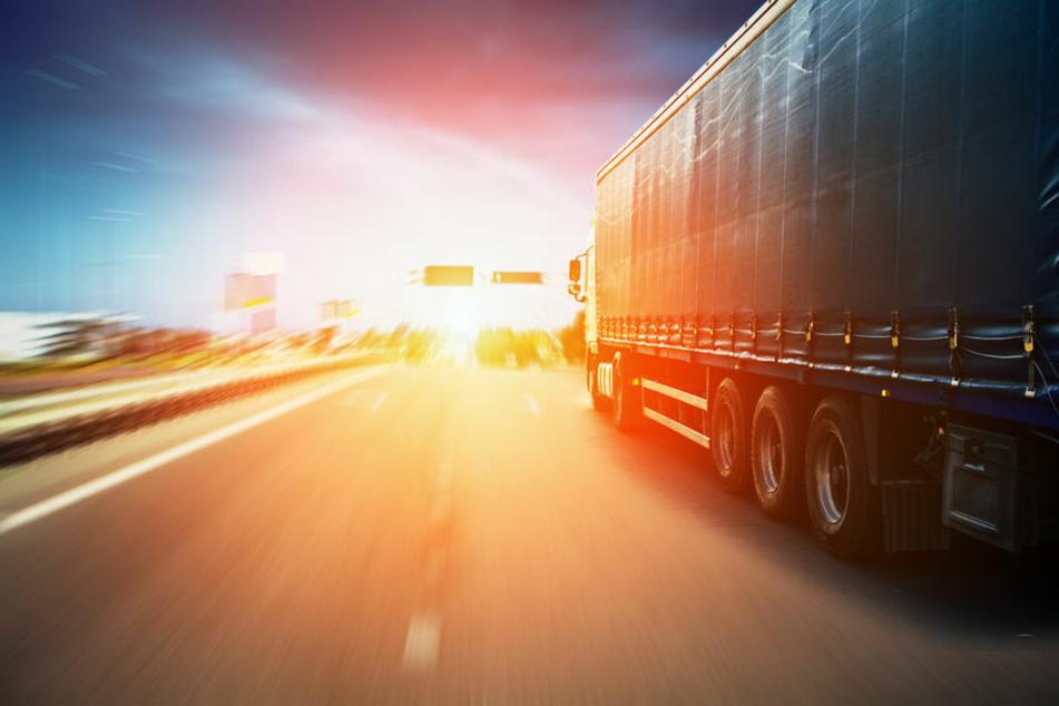 Ein Lkw fährt auf der Autobahn. (Symbolbild)