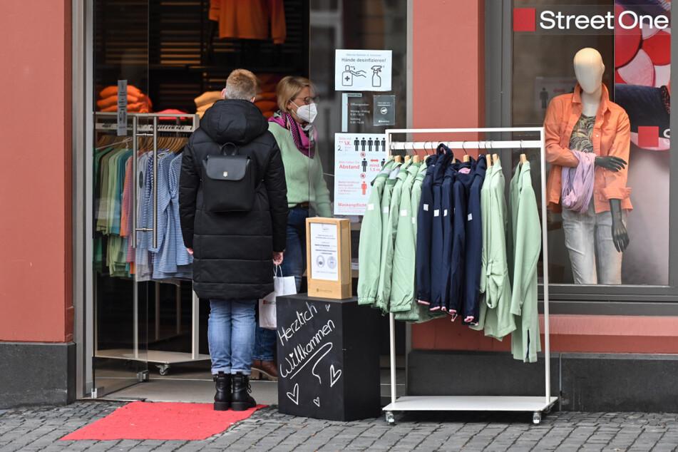 Eine Frau betritt in Alsfeld ein Geschäft.
