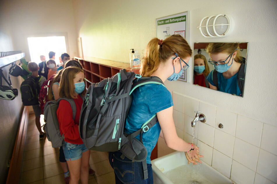 Eine Schülerin einer sechsten Klasse wäscht sich vor Beginn des Unterrichts am ersten Schultag nach den Sommerferien die Hände.