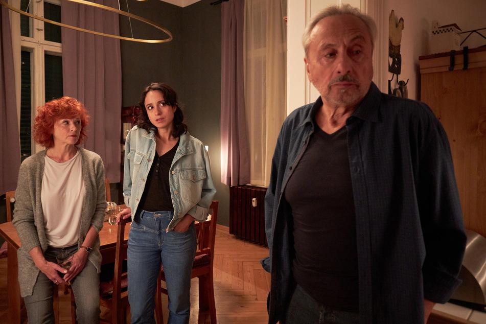 """Wolfgang Stumph (Stubbe) mit Tochter Stephanie (Christiane) und Heike Trinker (Marlene, l.) in """"Tödliche Hilfe""""."""