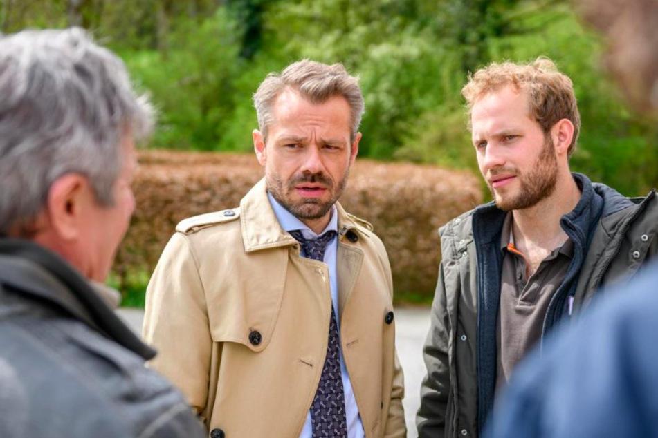 Florian (r., Arne Löber) drängt Erik (Sven Waasner), sich der Polizei zu stellen.