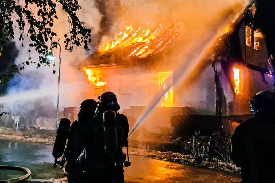 Einfamilienhaus steht lichterloh im Flammen und brennt komplett aus