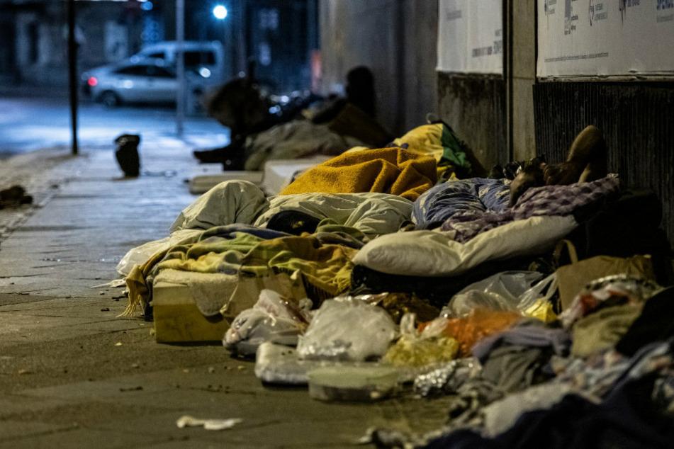 Feiger Angriff! Nachtlager von schlafendem Obdachlosen abgefackelt