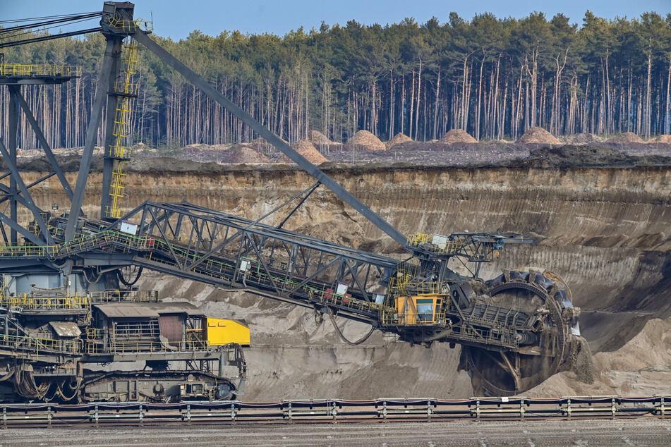 Schluss: Deutschland will keine Braunkohle mehr abbauen und verstromen. Der damit verbundene wirtschaftliche Umbau für die betroffenen Regionen kostet Geld. Darüber ist in Sachsen nun Streit ausgebrochen.