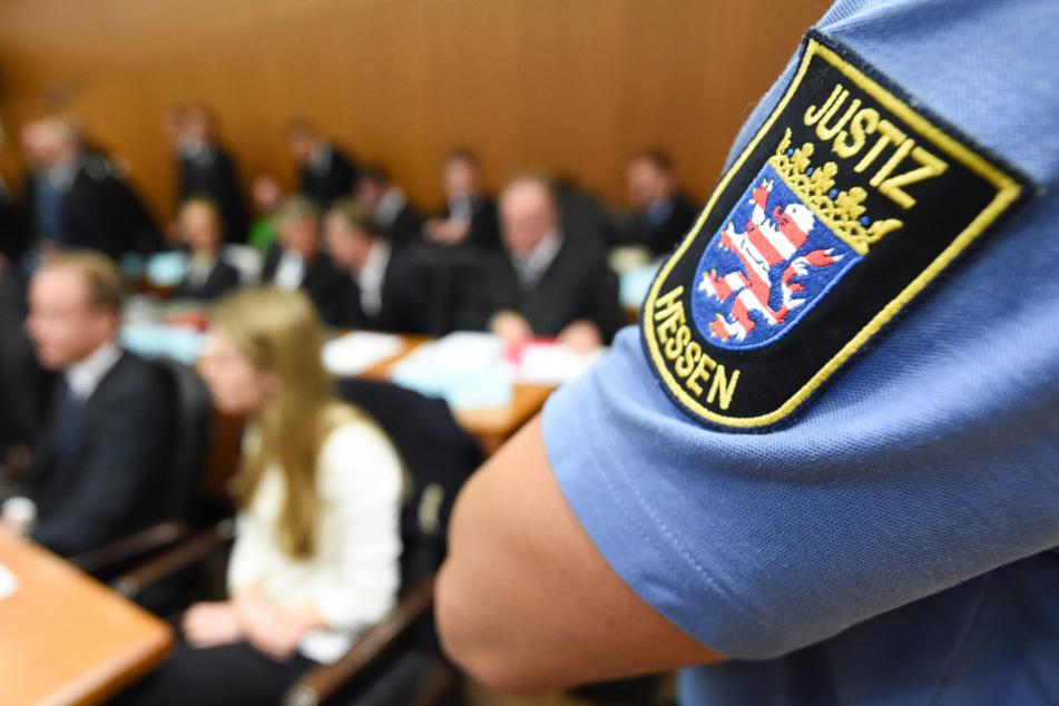 Ein 19-Jähriger steht unter dringendem Verdacht drei 23, 29 und 49 Jahre alte Türsteher mit einem Messer getötet haben zu wollen. (Symbolbild)