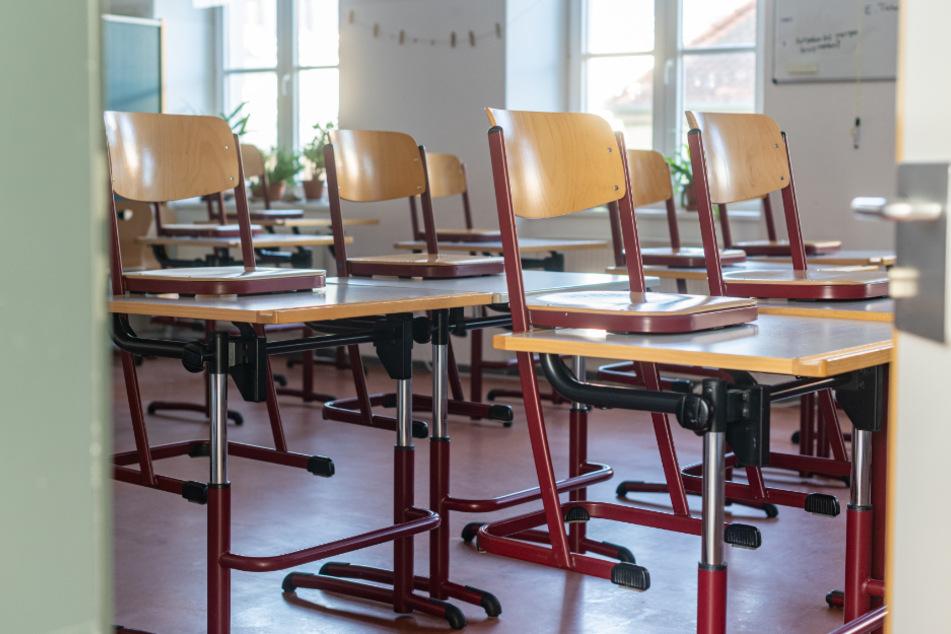 Ein leeres Klassenzimmer in der Papst Benedikt Schule im bayerischen Straubing.