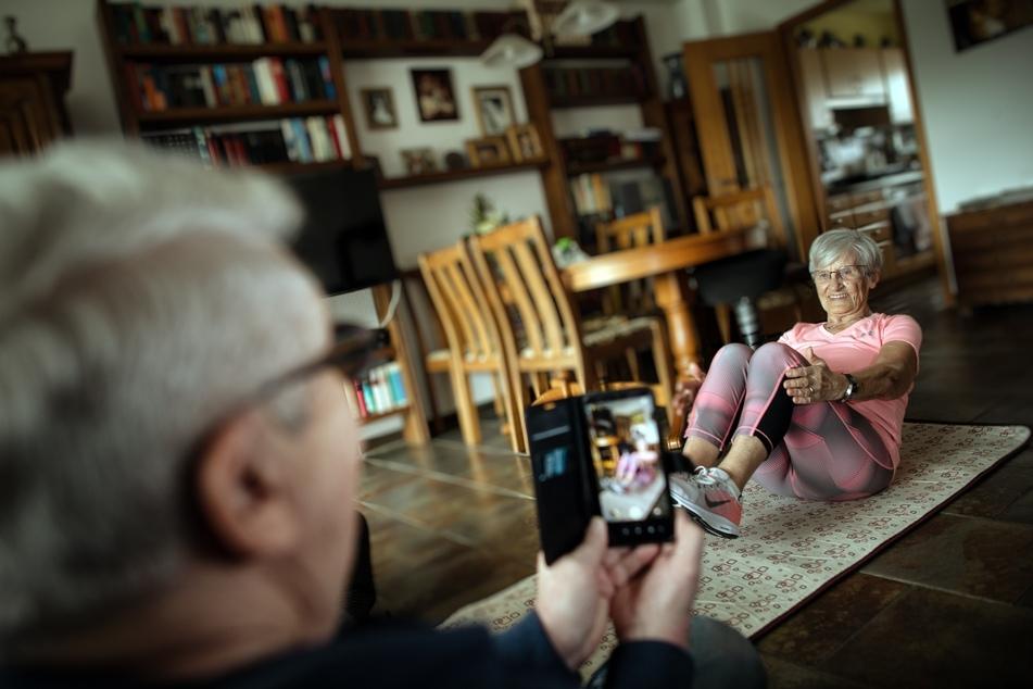 Lockdown macht erfinderisch: 81-jährige Seniorin wird zum Fitness-Star