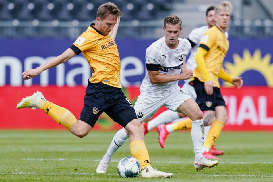 Dresdens Marco Hartmann (l.) und Sandhausens Julius Biada kämpfen um den Ball.