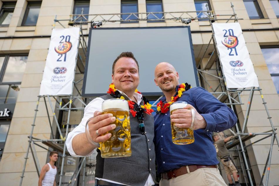 """""""Hacker Pschorr""""-Geschäftsführer Daniel Fenske (40) und Betriebsleiter Christian Seegerer (33, r.) freuen sich auf ein gemeinsames Fußballfest."""