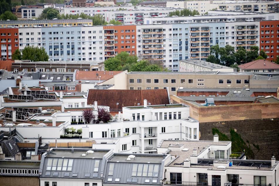 Das Foto zeigt einen Blick auf mehrere Wohnhäuser in Berlin (Symbolbild).