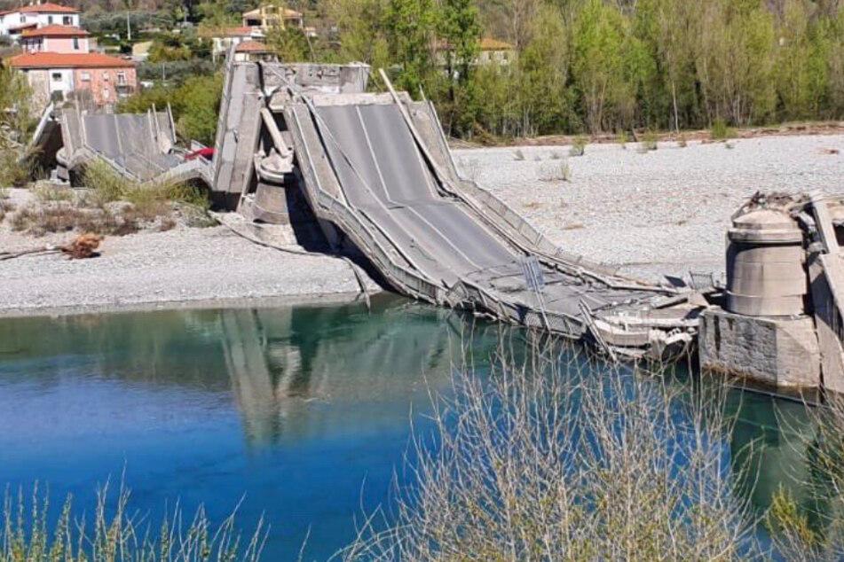 Brücke stürzt ein, als Transporter unterwegs sind