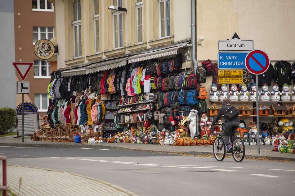Bekleidungsgeschäfte, wie hier im deutsch-tschechischen Grenzort Vejprty (deutsch Weipert) bei Bärenstein, müssen ab Donnerstag schließen.