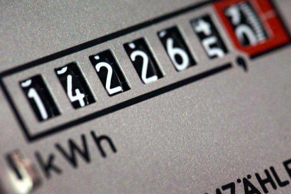 Das Zählwerk eines Stromzählers in einem Bürogebäude. (Archivbild, Symbolbild)