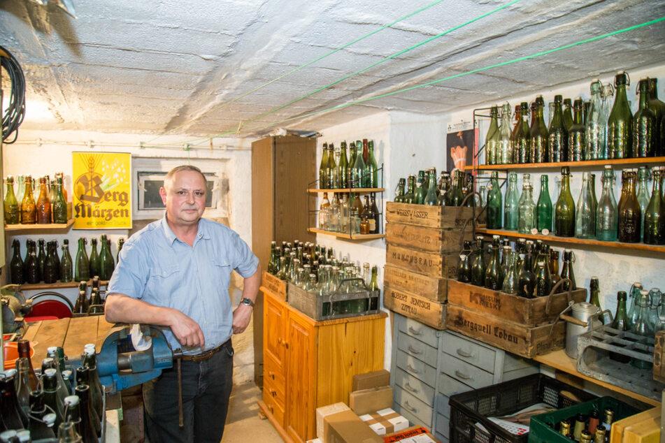 Joachim Mischok (60) in seinem Flaschenparadies: Rund 700 historische Bierflaschen hat der Sammler nun schon zusammen.