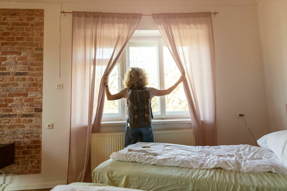 Statt einer schönen Reise in einer angemieteten Unterkunft erwartete eine junge Frau das pure Grauen. (Symbolbild)