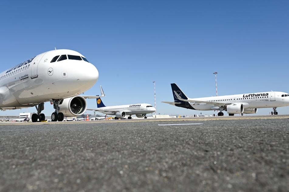 Die Lufthansa parkt in der Coronavirus-Krise überflüssige Flugzeuge am Frankfurter Flughafen.