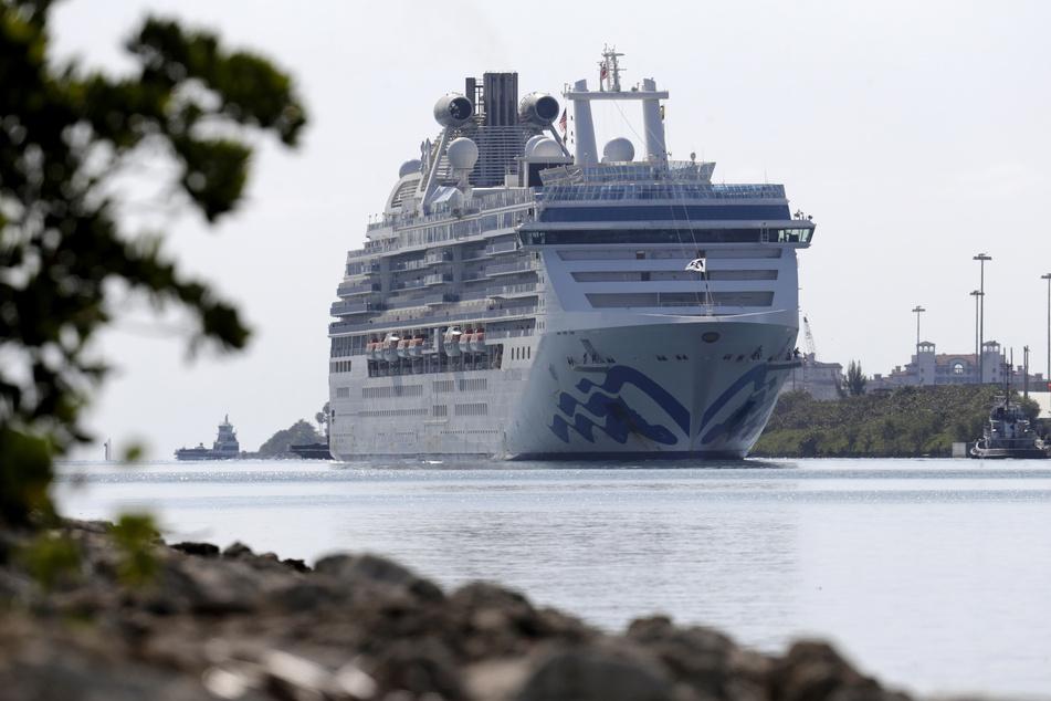 Das Kreuzfahrtschiff Coral Princess fährt im Seehafen PortMiami ein.