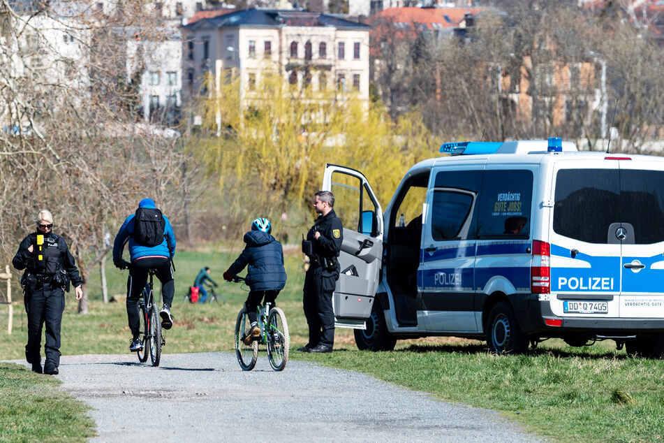 Radfahrer werden von Polizisten kontrolliert.