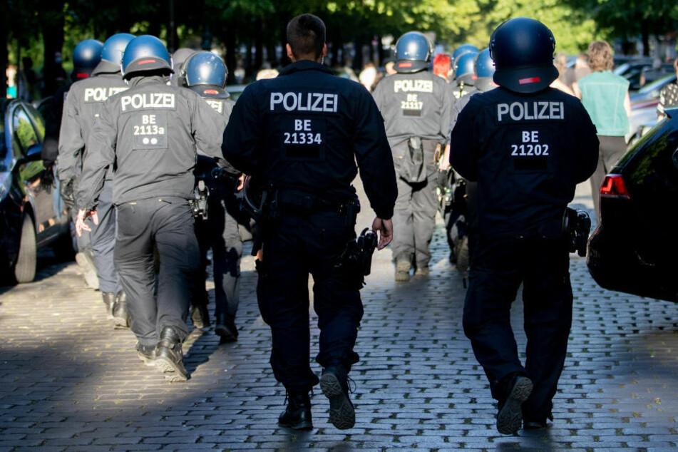 Die Berliner Polizei wird am Samstag im Regierungsviertel einiges zu tun bekommen - entweder um eine verbotene Demonstration gegen die Corona-Politik zu verhindern oder um eine erlaubte Demo zu begleiten. (Symbolfoto)