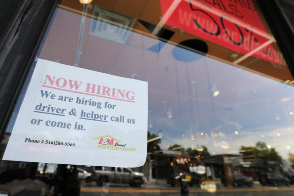 In einem Schaufenster eines Möbelgeschäfts im Nassau County vom Long Island hängt ein Schild, das auf Jobangebote des Geschäfts aufmerksam macht.