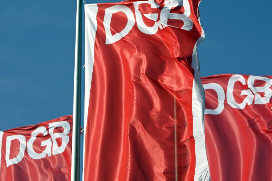Das Foto zeigt Fahnen des Deutschen Gewerkschaftsbunds (DGB).