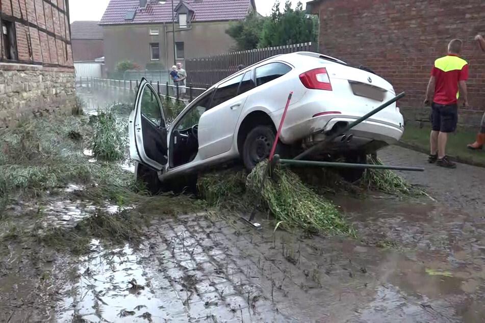Starker Regen führt zu Überschwemmung in Sachsen-Anhalt: Kompletter Ort gesperrt!