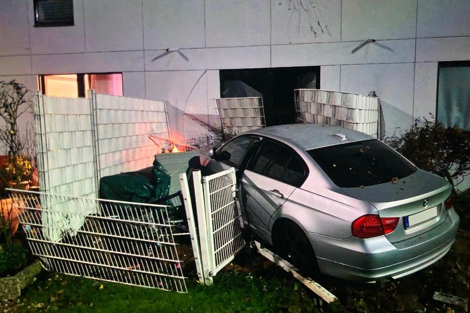 20-Jährige durchbricht mit ihrem BMW Zaun und landet auf Terrasse