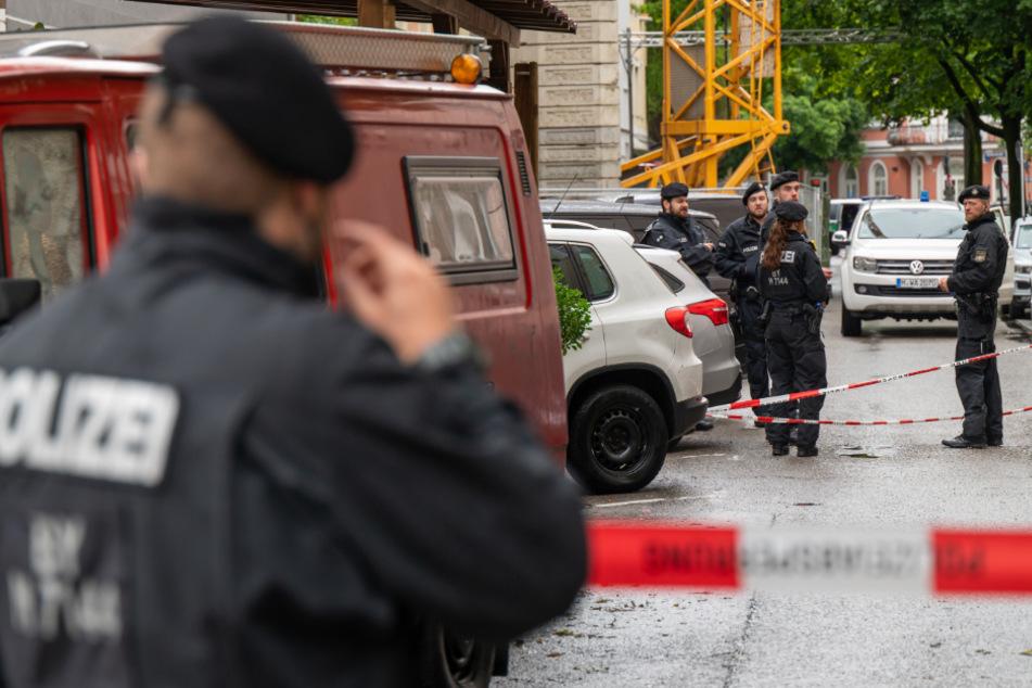 Polizisten stehen nach einer Schießerei in der gesperrten Milchstrasse im Stadtteil Haishausen.